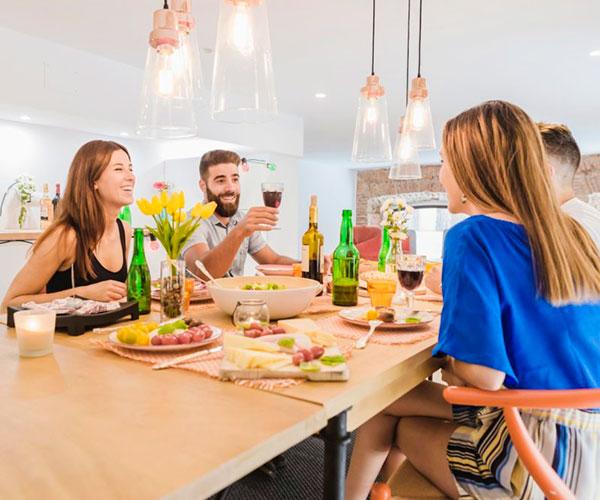 cena-de-amigos-en-cocina-moderna